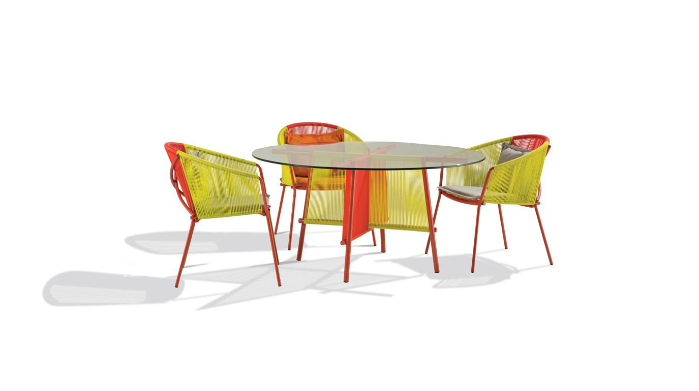 Traveler outdoor round dining table roche bobois for Table ardoise roche bobois