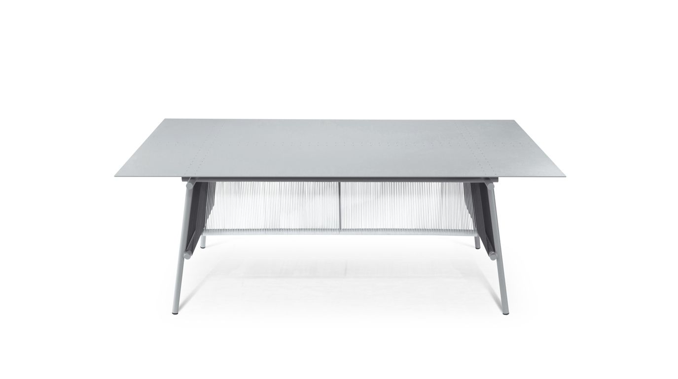 Traveler outdoor dining table roche bobois for Table ardoise roche bobois
