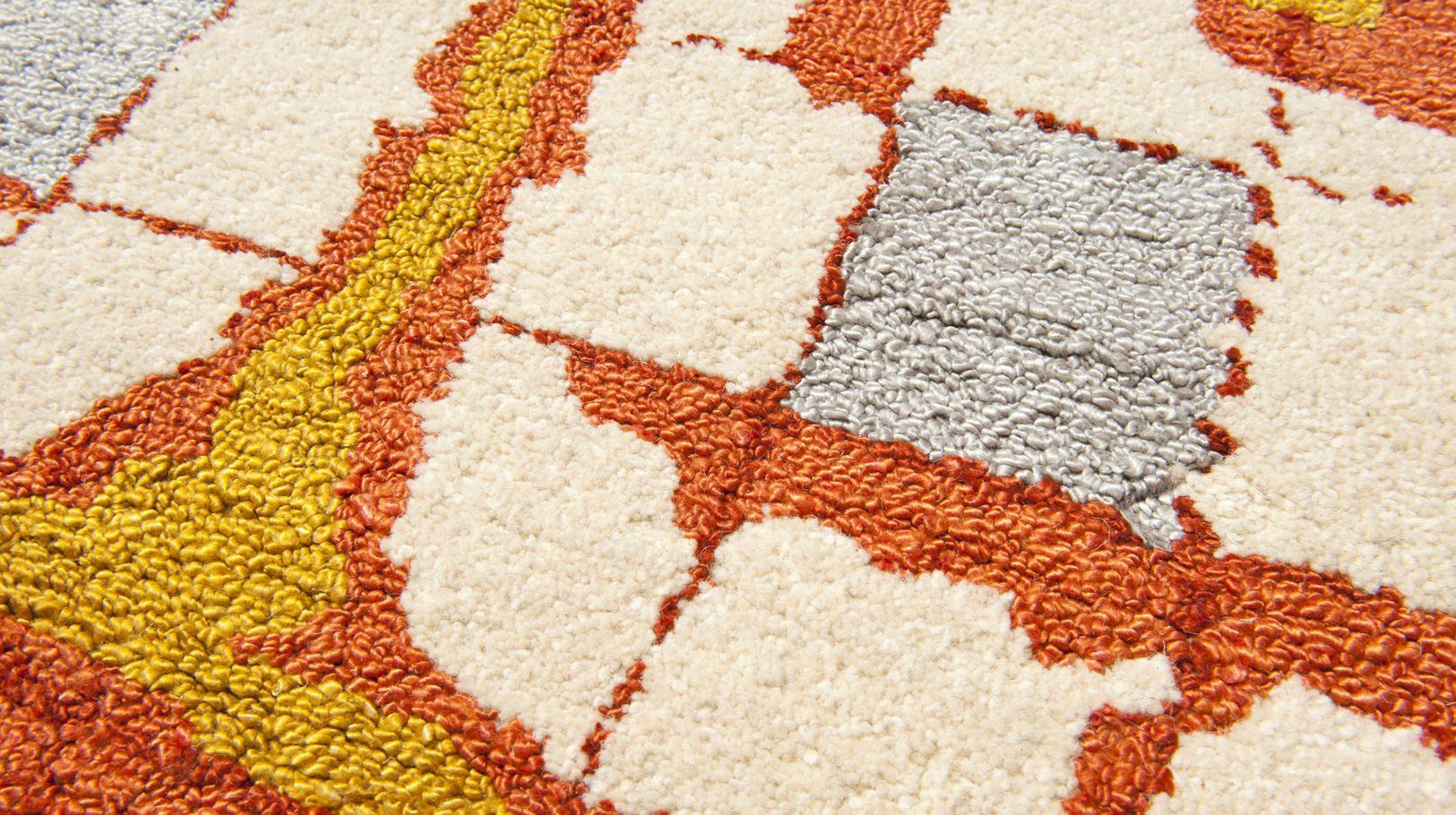 muraille rouge tapis roche bobois. Black Bedroom Furniture Sets. Home Design Ideas